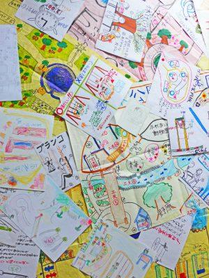 写真:子どもたちから送られたたくさんの絵やアイデア