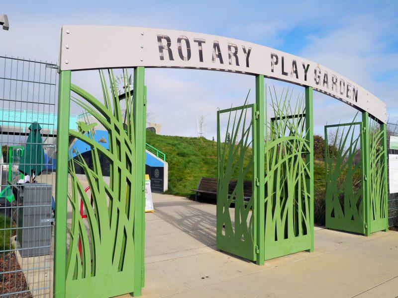 写真:入り口のゲート。切り絵のようなデザインの大きな門