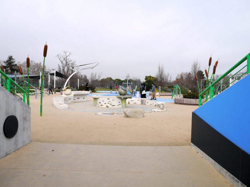 写真:土手を抜けた先に広がる円形の遊び場