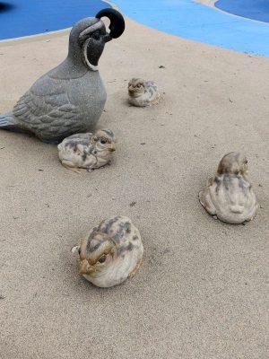 写真:地面に水鳥の親子のオブジェ