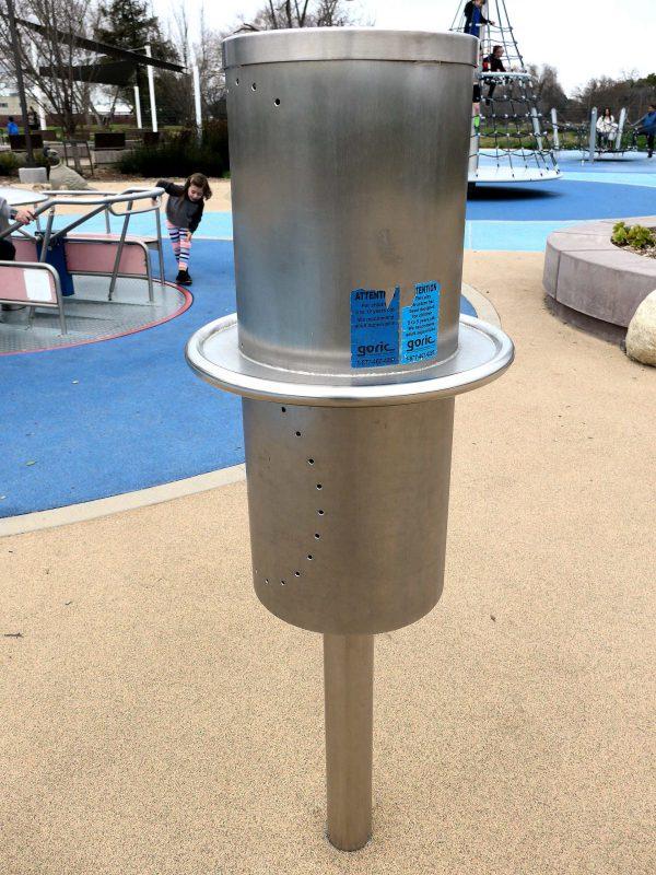 写真:直径30センチ、長さ70センチ程の金属製の円柱が支柱に立っている。回転させると、表面に開けられた穴を通して中の音が聞こえてくる
