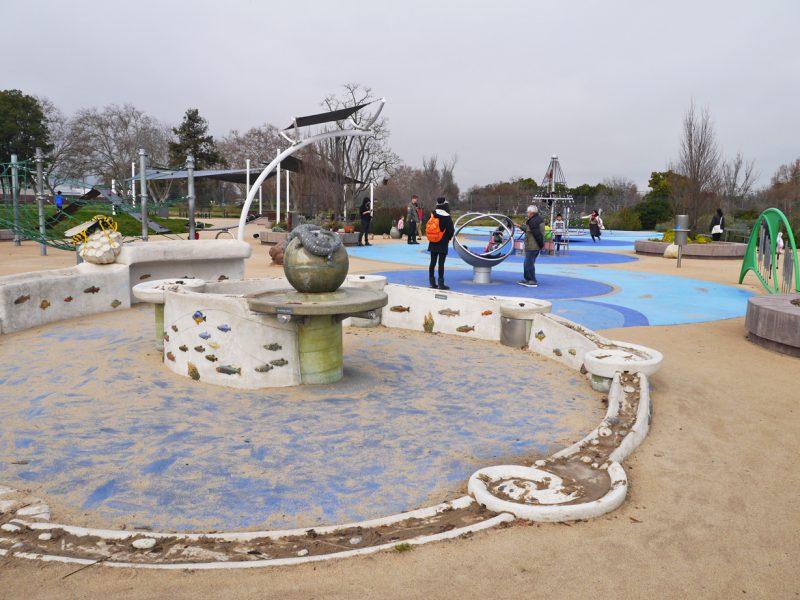写真:遊具が並ぶ遊び場