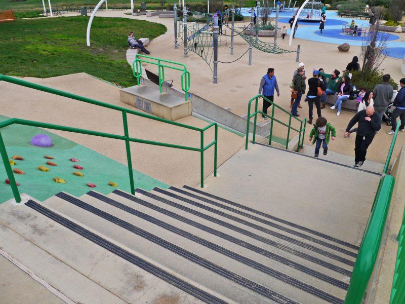 写真:手すり付きの階段を親子が並んで上ってくる
