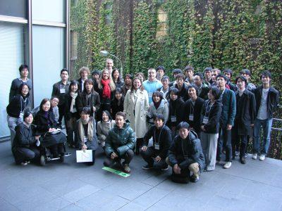 写真:インクルーシブデザインのワークショップ参加者数十名が集合