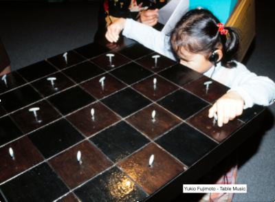 写真:音声ガイドを聴きながら作品に触れて楽しむ視覚障害の女の子
