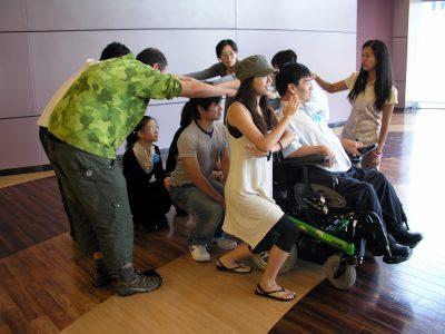 写真:電動車いすユーザーと共にワークショップに取り組む参加者たち