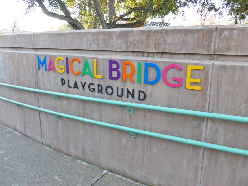 写真:スロープ横の壁にカラフルなアルファベットタイルで遊び場の名称