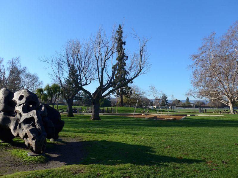 写真:広大な芝生広場に、凸凹した巨岩のようなアート作品
