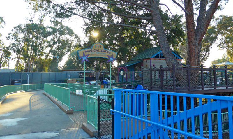 写真:右側前方に遊び場の入り口