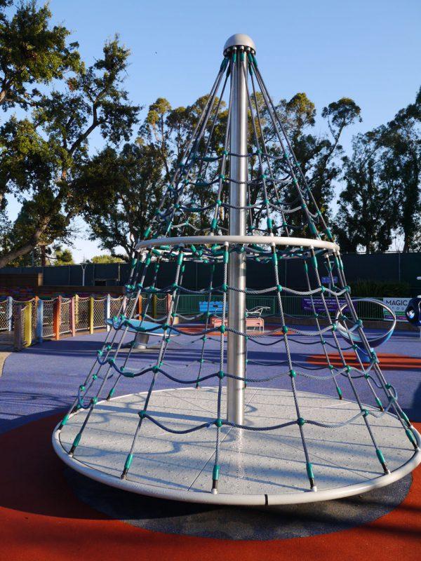 写真:ネットクライム付きの円錐形回転遊具
