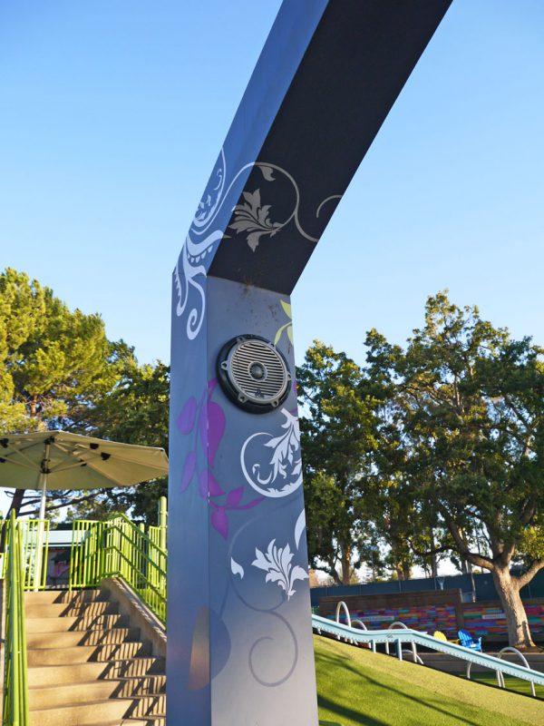 写真:支柱の上部や梁にスピーカー