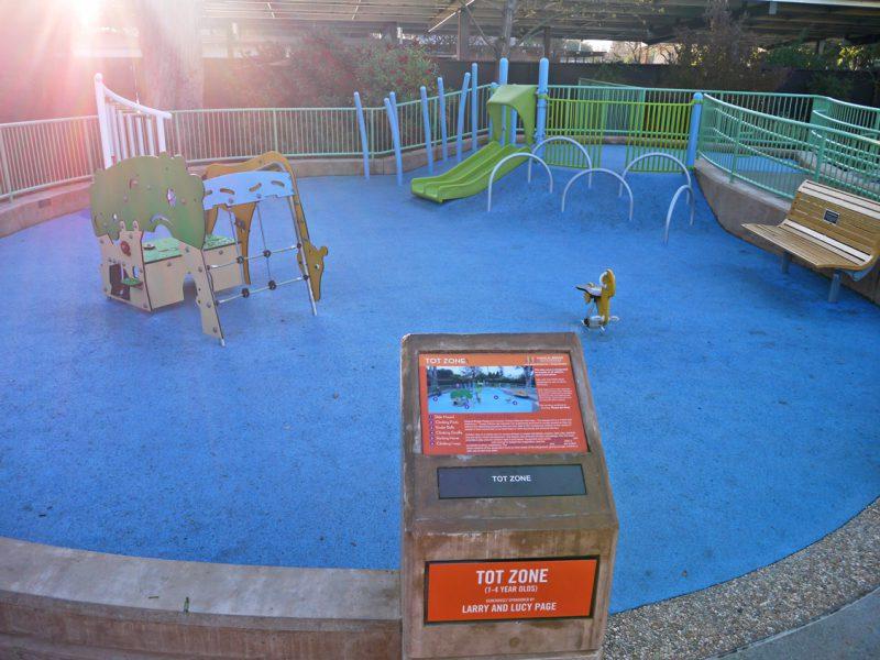 写真:直径10メートル程の円形の遊び場にある遊具やベンチ