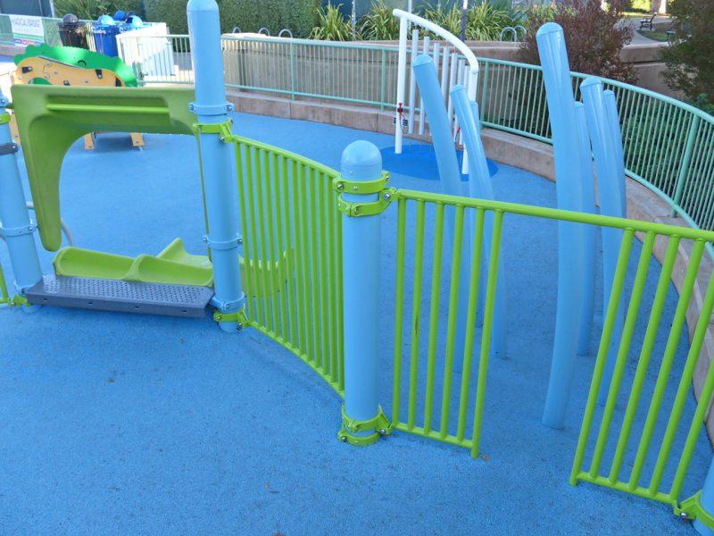 写真:遊びエリアのベースカラーは水色と黄緑