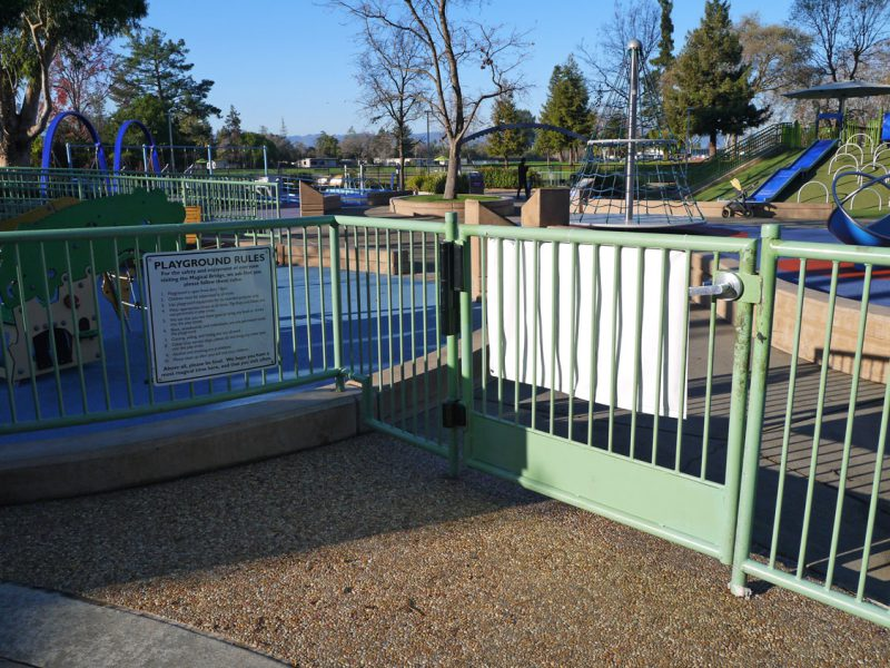 写真:出入口。高さ1メートルほどの柵と片開きのゲート